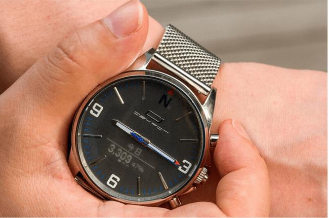 アナログ時計なのにナビも可能!針が180度開いてコンパスにもなるスマートウォッチ「OSKRON」